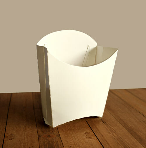 Caixa Batata Personalizada Triplex Branco sobre uma superfície de madeira escura.