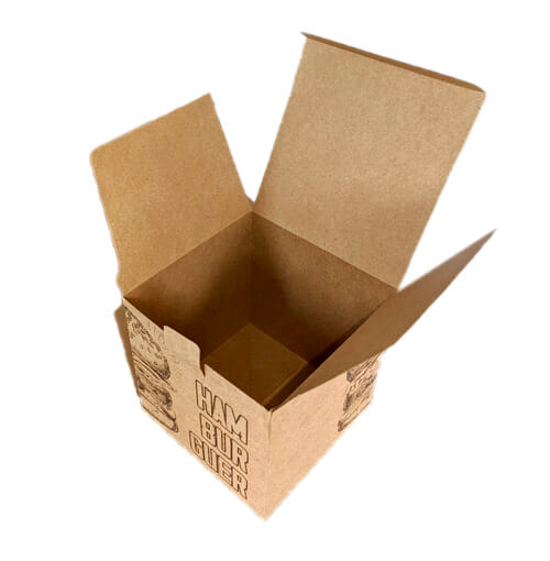 Caixa hambúrguer personalizada no papel kraft de 300g com a imagem de um hamburguer desenhado em duas laterais, ficando metade em cada face da caixa, em uma metade está escrito hambúrguer próximo ao desenho. A embalagem está aberta com a tampa e as orelhas para cima e está sendo vista de cima.