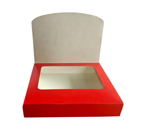 Caixa maleta com janela personalizada com a tampa aberta, é possível ver uma segunda tampa, vermelha com uma janela que dá para o interior da caixa. A caixa está virada para frente.