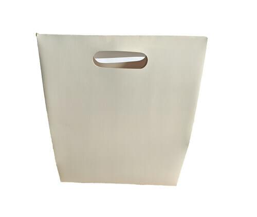 Caixa personalizada tipo sacola virada de costas, não sendo possível ver a tampa da mesma, a embalagem está na cor branca e sem impressão.