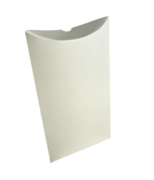 Caixa Travesseiro Personalizada pequena na cor branca, em pé e em um fundo branco.