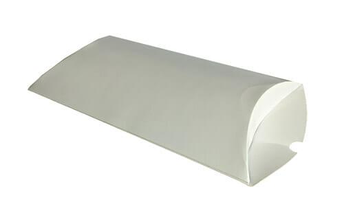 Caixa Travesseiro Personalizada Pequena branca, está com um lado da tampa aberta e deitada em uma superfície branca.