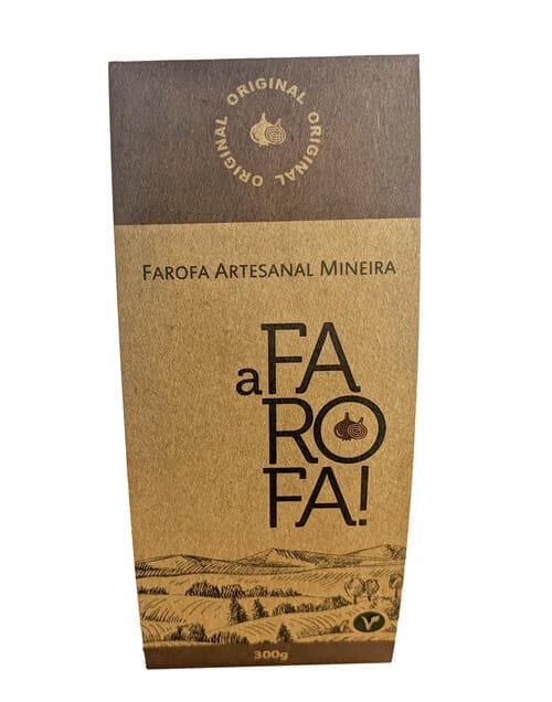"""Envoltório de embalagem personalizado com a marca """"A Farofa!"""", o envoltório é feito no papel kraft, tem duas faixas marrons, na parte superior a faixa é mais grossa, tem o desenho de uma cebola e é escrito """"original"""", a faixa marrom na parte de baixo é escrito o peso do produto (300g), no meio, pouco abaixo da faixa marrom é escrito """"Farofa Artesanal Mineira"""" e logo abaixo vem o logotipo """"A FAROFA!"""" e abaixo do logo tem o desenho da Serra da Canastra."""