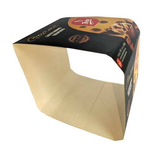 """Envoltório de sorvete personalizado da Empresa Maipu, o envoltório é preto, escrito """"Gourmet"""" em dourado, e abaixo do gourmet o sabor do sorvete que é """"leite ninho trufado"""", tem um retângulo arrendondado no canto inferior direito, com o logotipo da Maipu, e abaixo uma bola de sorvete amarela com gotas de chocolate, a bola está caindo dentro de uma calda de chocolate, que está esparramando para cima, na parte superior também tem a mesma foto. O envoltório está fora da embalagem, plástica e e como o rótulo foi fotografado lateralmente, é possível ver a parte interna dele, na lateral esquerda."""