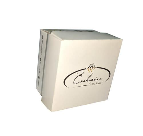 """Caixa para acessórios personalizada, quadrada, a caixa está em pé, então é possível ver bem a tampa, que tem o logotipo da """"Exclusiva Semi Jóias""""."""