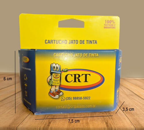 """Caixa com suporte para gôndola personalizada pequena, a caixa é predominantemente amarela e tem escrito em azul escuro no suporte para gôndola """"100% testado e garantido"""" e mais abaixo """"cartucho jato de tinta"""", a caixa tem um degradê de azul escuro para o amarelo, no centro da caixa tem um mascote da marca CRT Cartuchos que é um cartucho de tinta de allstar vermelho, luva verde e com um grande par de olhos. Existem três linhas na caixa, sinalizando a sua dimensão, sendo respectivamente: Comprimento: 7,5cm, largura 4cm, altura 6cm. A caixa está sobre uma mesa de madeira."""