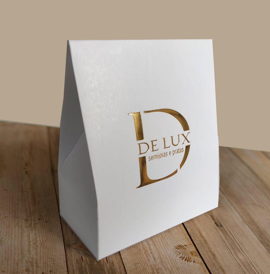 Caixa Presente Personalizada, branca com hotstamping dourado. Sobre uma mesa de madeira.