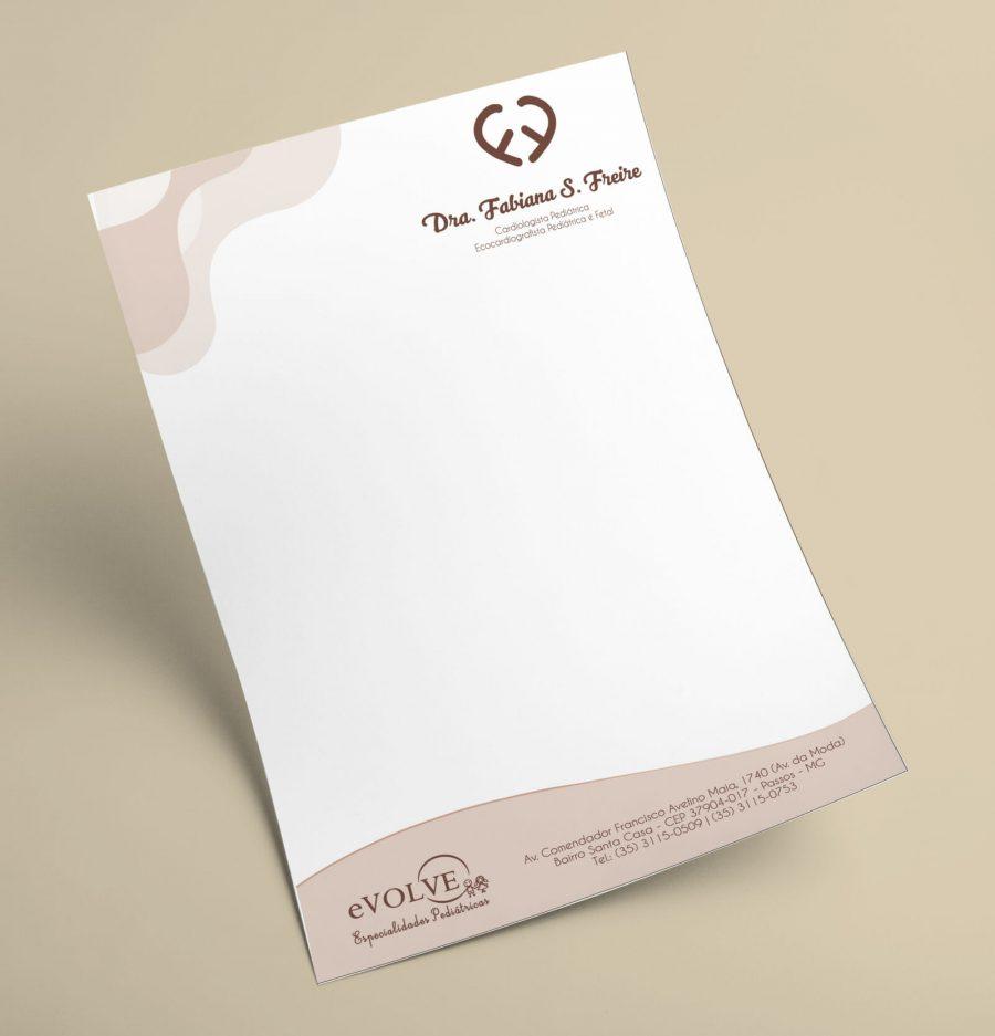 Folha de receituário branca com detalhes em bege, possui uma logo no canto superior direito sobre um fundo bege
