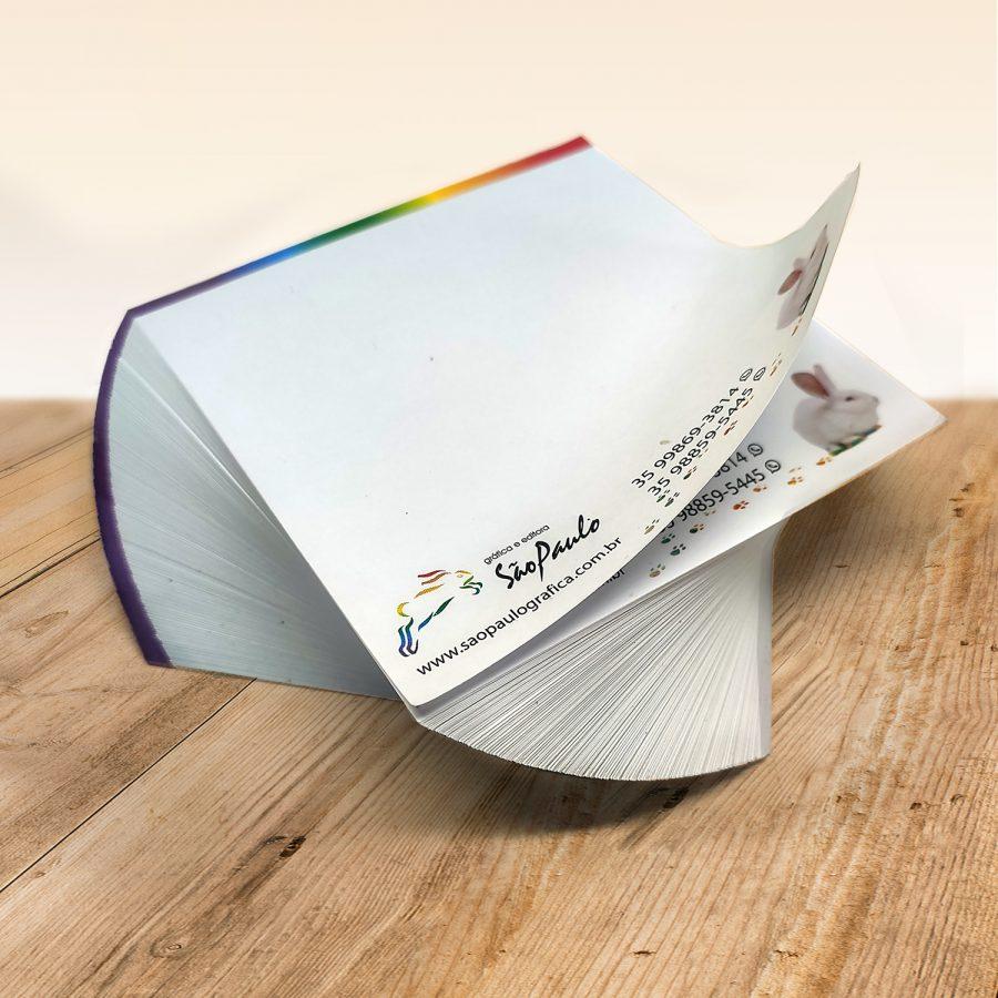 Bloco de papel para anotações em aspiral com uma ilustração de coelho no canto no fundo bege